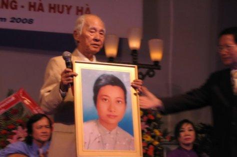 Di ảnh bà Nguyễn Thúy Nhiều và thi sĩ Kiên Giang.