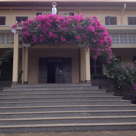 Ảnh mặt trước nhà chính Tu viện NVHB _ Bmt được xây dựng từ năm 1972.