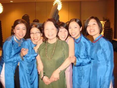 Nhã Ca và năm con gái tại Hoa Kỳ.