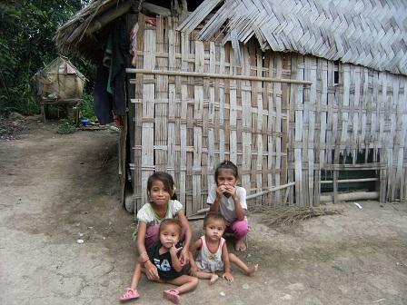 Ảnh nhà của bố mẹ Wal ở thôn Hai với hai người con nhỏ bị còi xương.