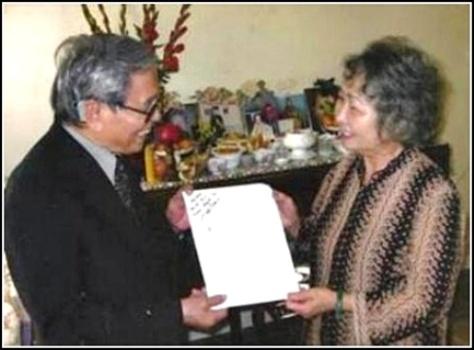 Nhạc sĩ Anh Bằng tặng bà quả phụ Phạm Thành Tài các bản nhạc phổ thơ.