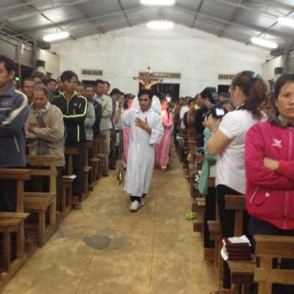 Ảnh đoàn rước vào nhà thờ giáo xứ Buôn Hằng trước Thánh Lễ