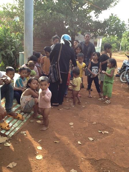 Ảnh trẻ em Làng phung Ea – Lân _ Yale tụ tập trước nhà ông trưởng thôn khi các Yăh đến thăm.