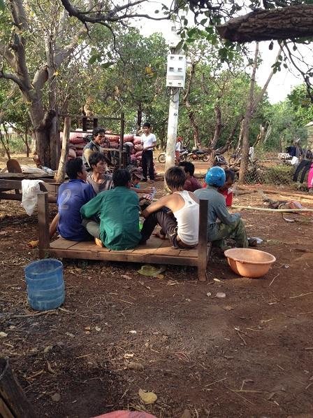Ảnh buổi chiều ở Làng phung Ea – Lân _ Yale đàn ông thanh niên ngồi tụ tập lại uống rượu.