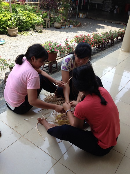 Ảnh các em học sinh Lưu trú trong giờ lao động đang bóc vỏ hột đậu đũa để trồng.