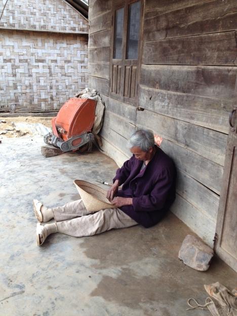 1/ Ảnh bố Ha trên 60 tuổi ở thôn Hai đang làm nón lá.