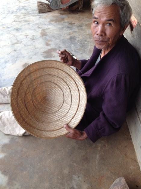 2/ Ảnh bố Hà cho Yăh xem nón và giới thiệu mỗi ngày bố Ha làm được một chiếc nón. Giá mỗi chiếc nónlà 80.000 đồng.
