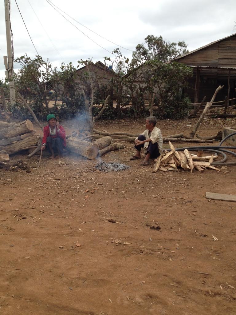 2/ Ảnh buổi sáng bố mẹ Thủ sưởi ấm trước đống lửa trong sân.