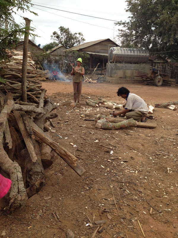 Ảnh bố mẹ Xir ở thôn Hai bổ củi để gia đình nấu bếp, củi bổ xong được bố mẹ Xir sắp xếp ngay hàngthẳng lối rất đẹp.