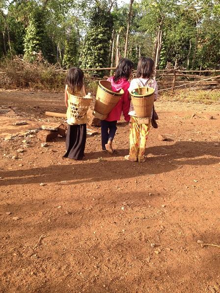 1/ Ảnh ba em nhỏ con của những người phong ở Làng Phung Ea – Lân _ Yale, chiều trên đường đi chăn bò về.
