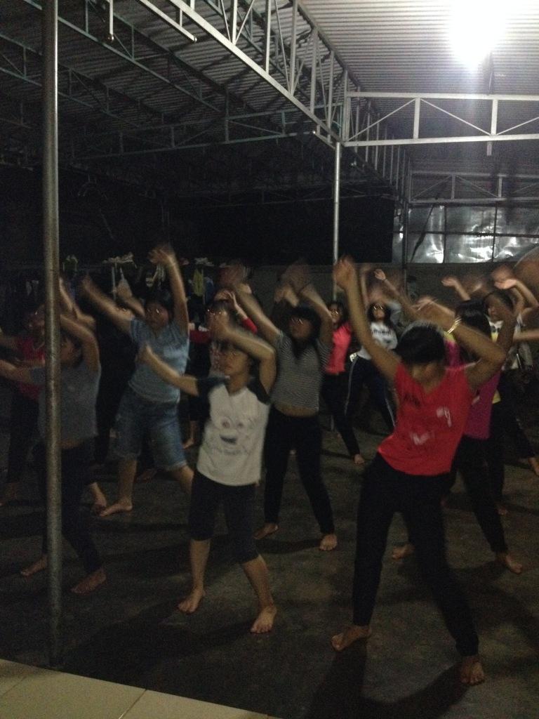 1/ Ảnh các em học sinh Lưu trú tập thể dục 30 phút mỗi ngày trước giờ học bài tối.