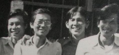 Ảnh nhạc sĩ Giáp Văn Thạch (thứ 2 từ phải qua) chụp kỷ niệm trong buổi dự đầy tháng con tác giả bài viết (thứ ba từ phải qua) tháng 10-1984 tại quận Bình Thạnh, Sài Gòn.