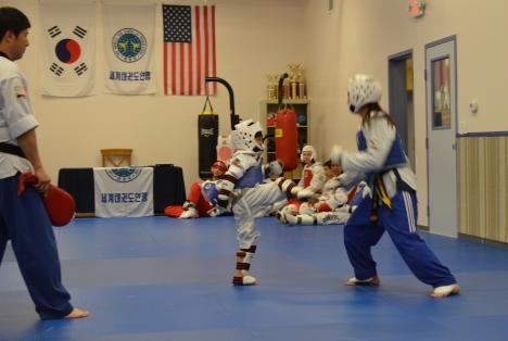 Niko đấu với con gái của sư phụ, Master Lee.