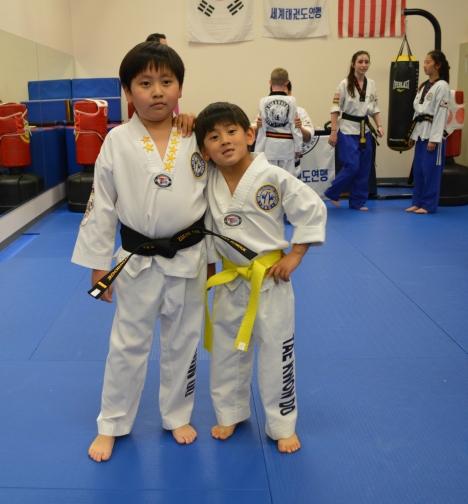 Gavin  (10 tuổi) và Niko  (6 tuổi).