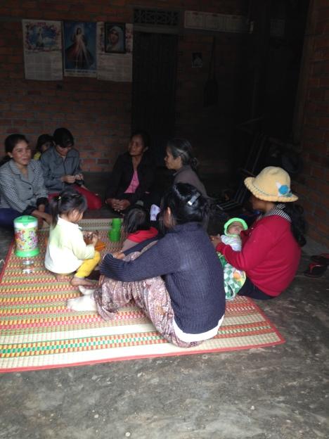 Ảnh buổi sáng Chúa nhật gia đình bố mẹ Lơi ở thôn Tư quây quần bên nhau nói chuyện.