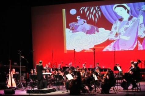 Dàn nhạc Hội Hiếu Nhạc Việt Mỹ là nền chính của đêm nhạc Vết Chim Bay. (Hình: Dân Huỳnh/Người Việt)