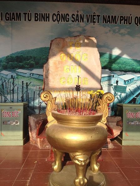 1/ Bàn thờ Tổ Quốc ghi công tại tiền sảnh trại giam Phú Quốc.