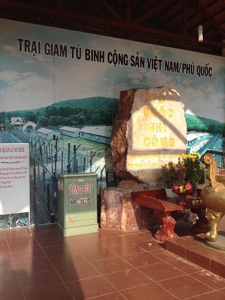 2/ Phía sau bàn thờ là hình vẽ tổng thể trại giam Phú Quốc.