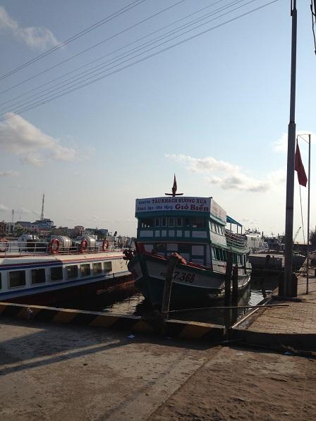 1/ Những con tàu trên bến cảng Hà Tiên