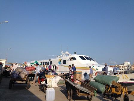 3/ 07g30 chờ chuyển những bao thực phẩm rau quả… lên tàu siêu tốc chở ra Phú Quốc.