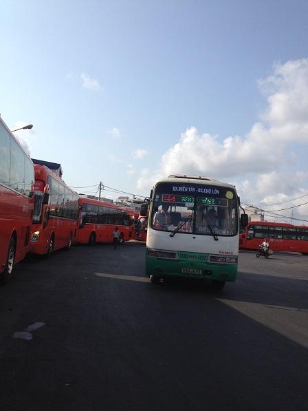 2/ Xe Phương Trang màu cam đang thứ tự xuất bến mỗi 15 phút một chuyến.