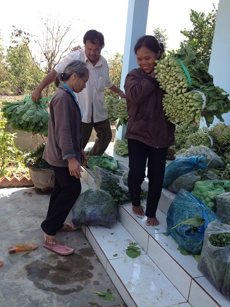 Ảnh các Yăh mua rau, cá… nhờ các bố mẹ chuyển qua cho anh em bên xóm Đào