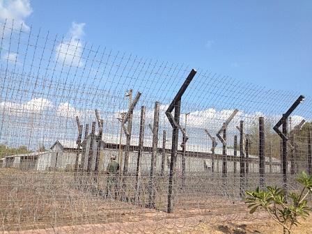 2/ Mặt ngoài của trại giam Phú Quốc với kẽm gai chằng chịt và lính (hình nộm) canh gác.