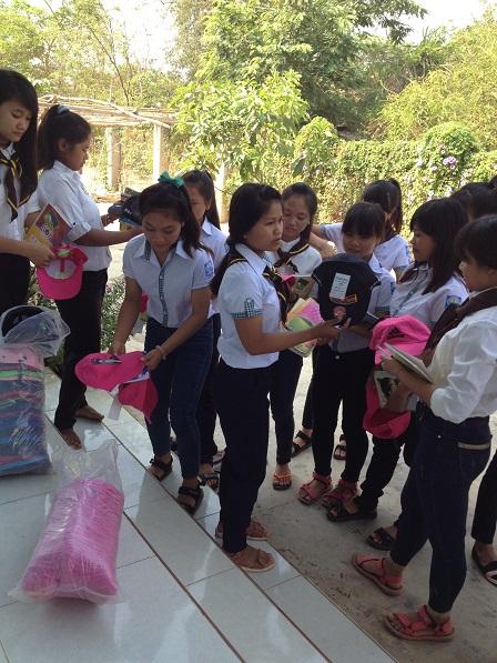 2/ Trên hiên nhà các Yăh, các em học sinh Lưu trú cấp III được chọn mỗi em một cái mũ, đội đi học trong mùa nắng.