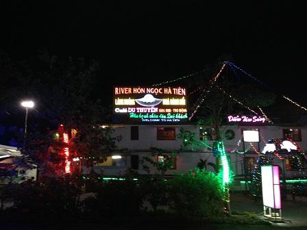 Một góc trung tâm phố Hà Tiên lúc 21g00.