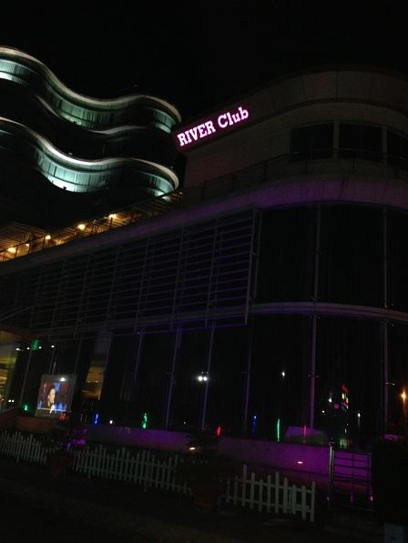 Căn nhà 18 tầng của phố Hà Tiên ban đêm.