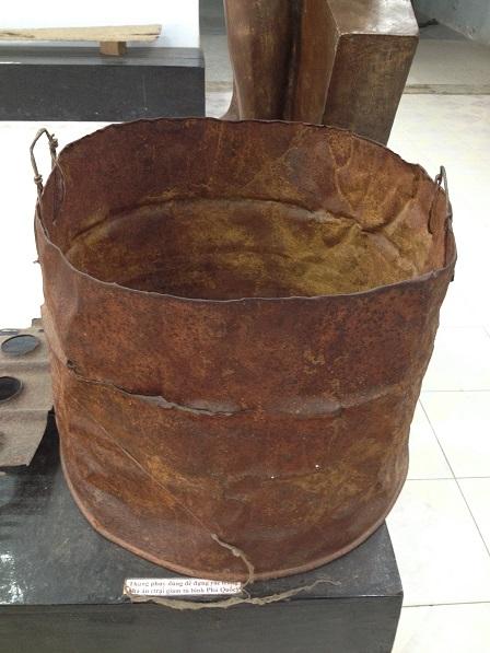 Thùng đựng rác này được chưng bày trong gian phòng cho khách tham quan tại nhà giam Phú Quốc.