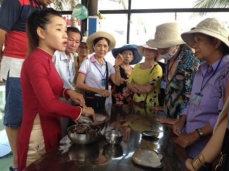 Nhân viên trong trại nuôi ngọc trai Đảo Phú Quốc chuẩn bị xẻ trai lấy ngọc cho du khách xem.
