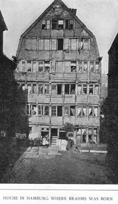 Ảnh chụp từ năm 1891 tòa nhà ở Hamburg, nơi Brahms được sinh ra. Gia đình Brahms ở tầng 1, phía sau hai cửa sổ hai phía bên tay trái.