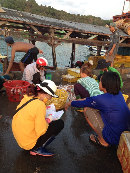Ảnh 6g00 sáng trên bến cảng quốc tế An Thới Phú Quốc những người buôn bán ngồi đợi thuyền cá về.