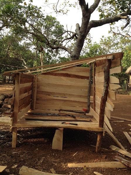 2/ Ảnh chuồng gà đang đóng giở chừng của gia đình bố mẹ Khôn, người bệnh phong trong Làng PhungEa – Lân _ Yale.
