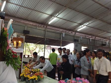 Tháng hoa (tháng 5) - Sau thánh lễ chiều thứ Bảy giáo dân Buôn Làng mang những cành hoa lên trướctượng Mẹ để kính dâng Mẹ.