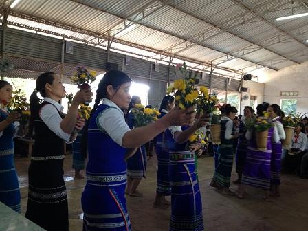 Các mẹ trong giáo xứ Buôn Hằng dâng hoa Kính Đức Mẹ tháng 5_2016