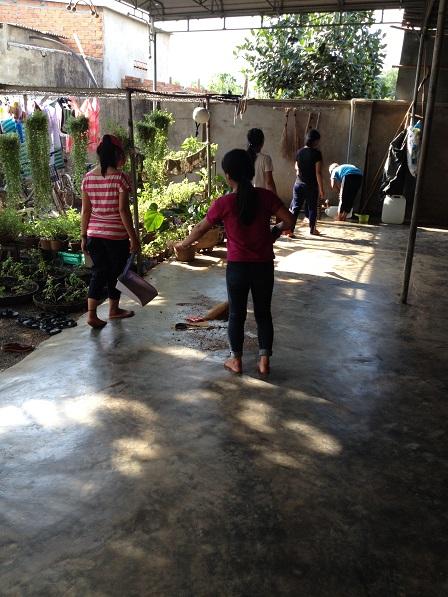 Ảnh các em học sinh Lưu trú dọn vệ sinh nhà cửa.