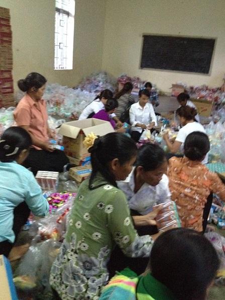 Các mẹ trong giáo xứ Buôn Hằng gói quà chuẩn bị cho ngày Quốc tế thiếu nhi ở Buôn Làng.