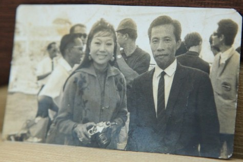 Nhạc sĩ Y Vân và Nghệ sĩ Kim Cương trong chuyến lưu diễn tại Lào năm 1968.