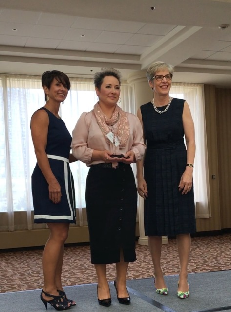 Thanh Nguyên nhận giải thưởng từ hai vị chủ tịch cho nhiệm kỳ 2016 & 2017.