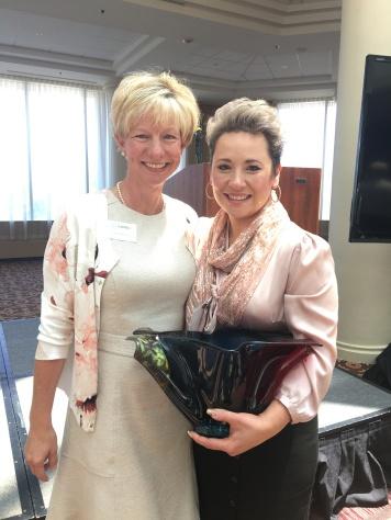 Hội viên Jenn Mathis, người đề cử Thanh Nguyên và Thanh Nguyên sau khi nhận quà giải thưởng. Một bình thủy tinh ngũ sắc được thiết kế đặc biệt cho giải này.