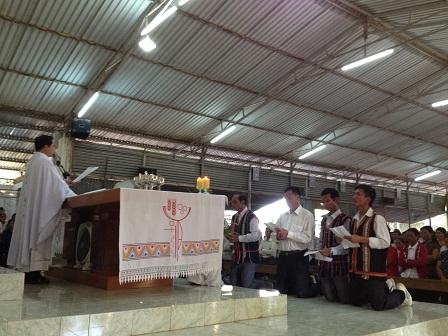 Ban Hội đồng giáo xứ Buôn Hằng nhiệm kỳ 2016 – 2010 tuyên thệ trong thánh lễ chiều thứ Bảy.