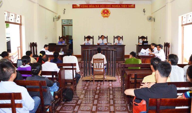 Bị cáo Trung được ngồi khi tòa xét xử