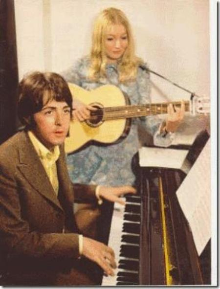 Paul McCartney và Mary Hopkin.