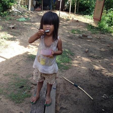 1/ Em Hảo con bố mẹ Likam đang ăn sáng
