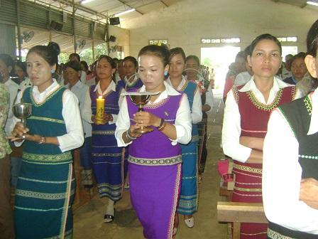 Ảnh các mẹ trong giáo xứ dâng lễ vật trong thánh lễ dành riêng cho giới của mình.