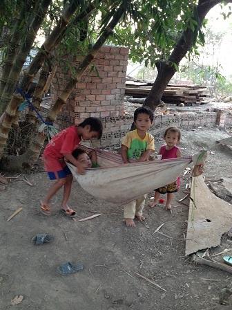 1/ Các con của bố mẹ Niel cùng nhau chơi đùa bên chiếc võng sau nhà.