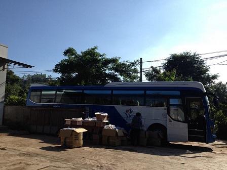 1/ 06g00 sáng Chúa nhật xe khách chở 31 người ở Tp. HCM thuộc giáo họ Chí Hòa, đến chia sẻđồ dùng và thực phẩm với anh em Buôn Hằng trong mùa hè 2016