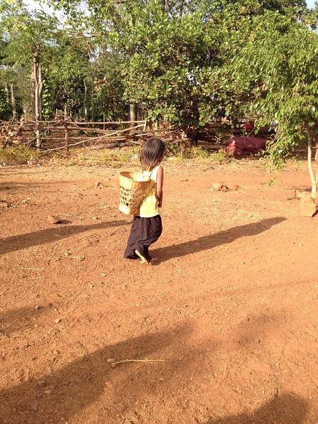 1/ Ảnh em nhỏ con của bênh nhân phong tại Làng phung Ea – Lân _ Yale đi lấy nước.